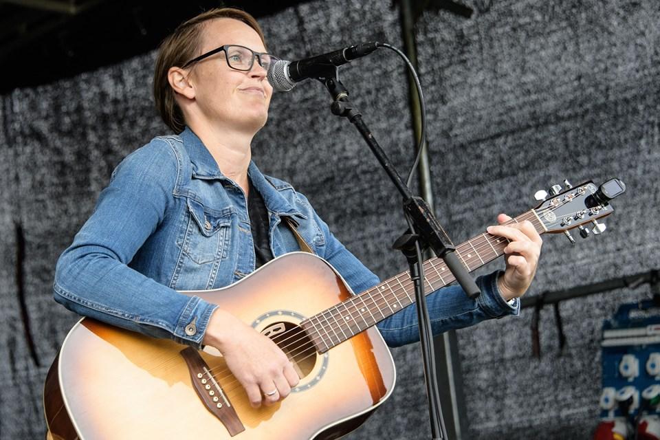 """Lærer Gritt Møller fra Arden Skole skabte en særligt stemningsfuld afslutning på stafetten med sin sang skrevet til lejligheden: """"Du gør en forskel"""". Foto: Peter Broen"""