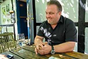 Thomas købte sin første café som 17-årig: Nu har han haft Futten i 12 år