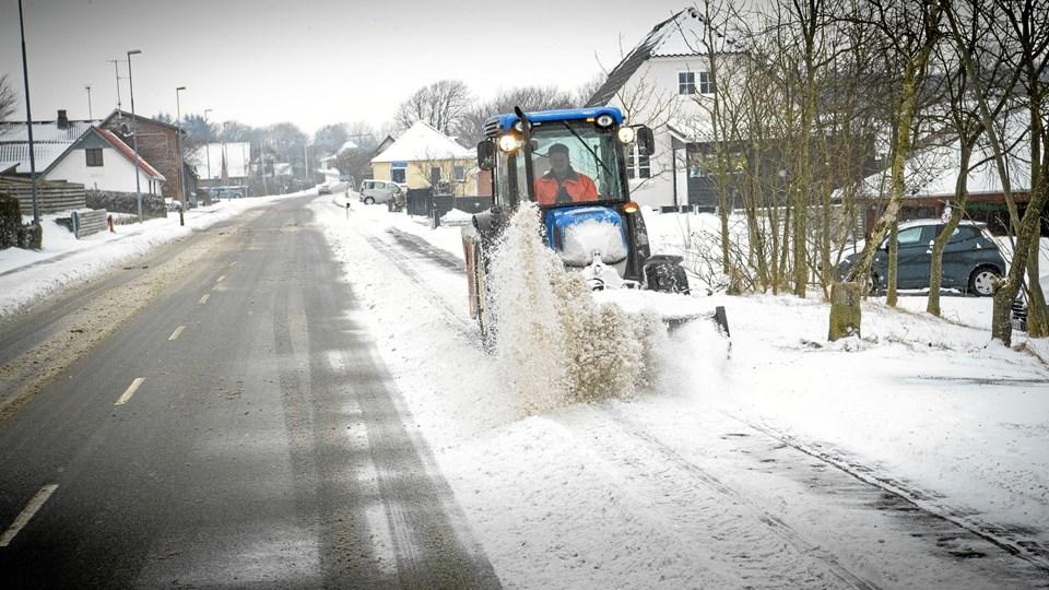 Regulativet for vintervedligeholdelse opdeler vejene i klasser afhængig af deres betydning for trafikken og fastsætter bestemmelser for, hvordan og hvor ofte vejene i den enkelte kategori skal ryddes, saltes og gruses. Arkivfoto: Bo Lehm