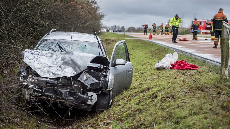 En søndag formiddag i december mistede en kvinde og to børn livet i en voldsom ulykke ved Hodsager. Torsdag skal en 24-årig mand for retten tiltalt for uagtsomt manddrab. Han ramte en Citroën bagfra, da han i sin Ford Mondeo kom kørende i alt for høj fart og med alkohol i blodet. (Arkivfoto).