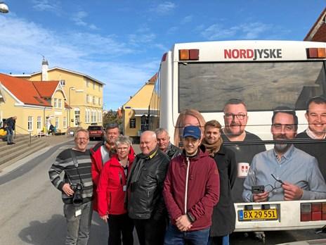 Så er bussen parkeret i Lønstrup: Vi gi'r kage og kaffe