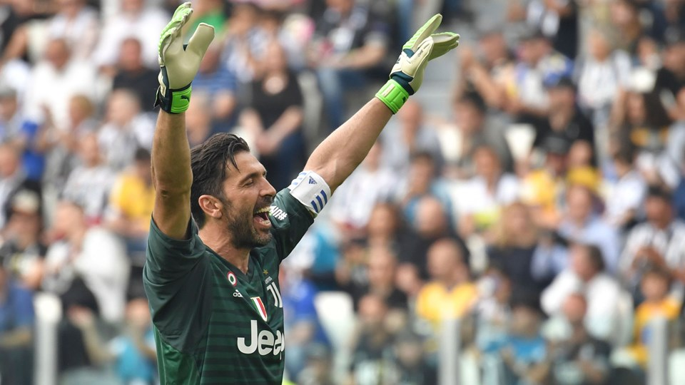 Juventus-keeper Gianluigi Buffon fik et flot farvel i lørdagens hjemmekamp mod Verona. Foto: Scanpix/Andreas Solaro