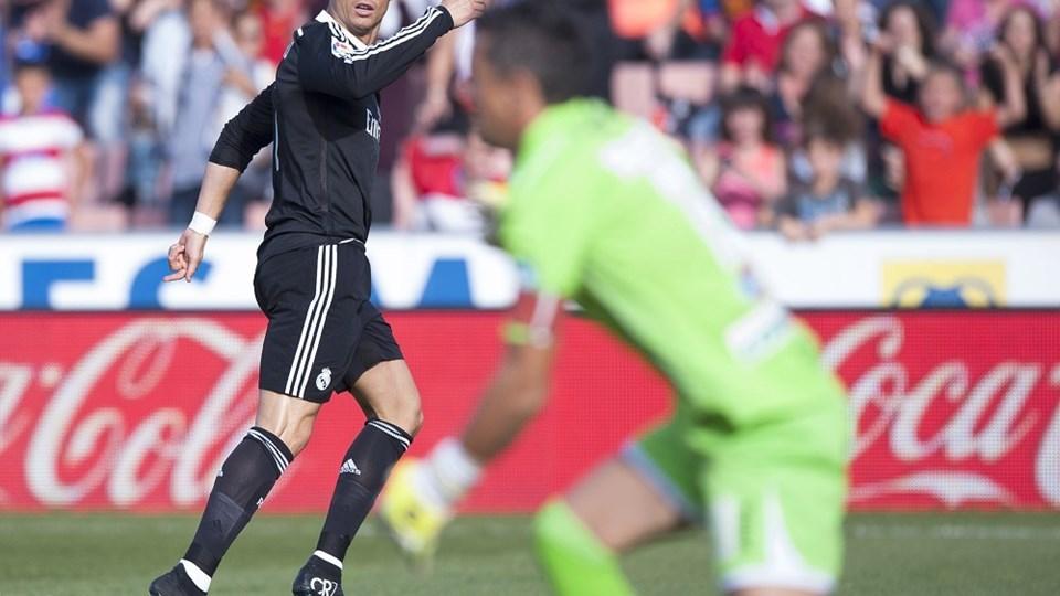 Real Madrid's Cristiano Ronaldo fejrer kampens første mål, lørdag eftermiddag i Granada. Foto: Daniel Tejedor/AP/POLFOTO