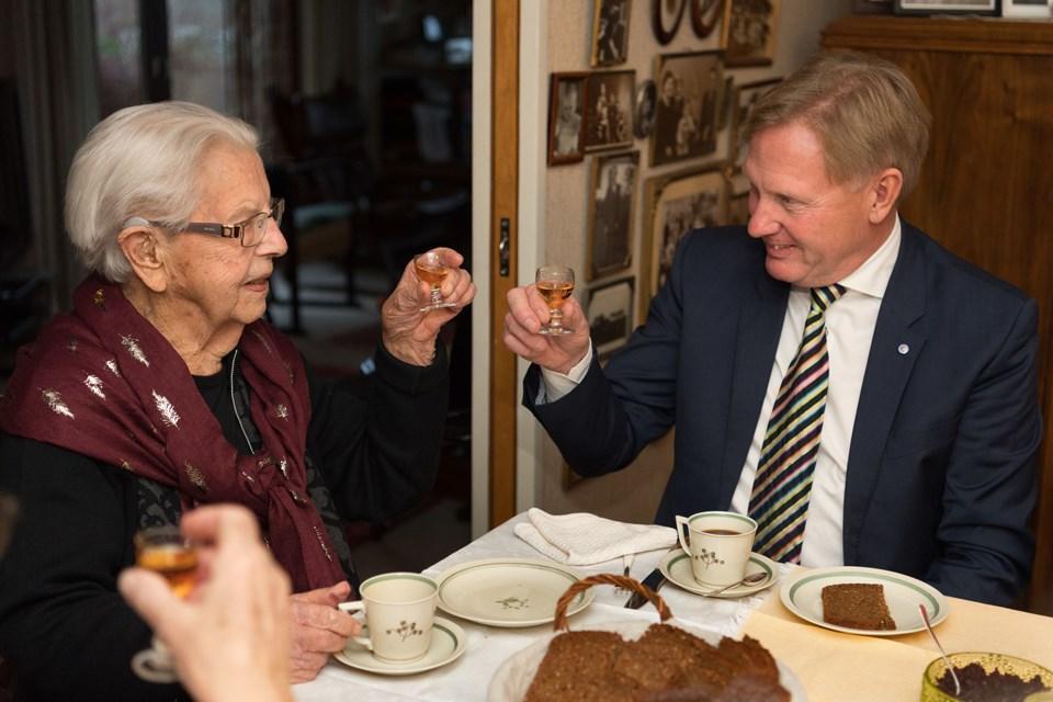 Thala Kragh fejrede torsdag sin 104-års fødselsdag med gæster i hjemmet i Aars og besøg af Per Bach Laursen, der havde blomster med til fødselaren. Foto: Matthew Burnett
