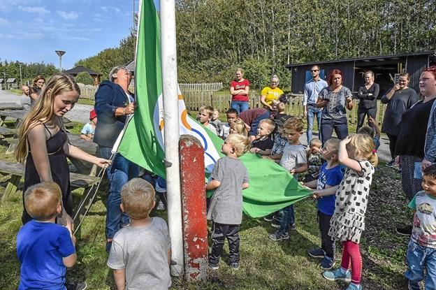 Villige hænder er klar til at hjælpe flaget til tops. Foto: Ole Iversen