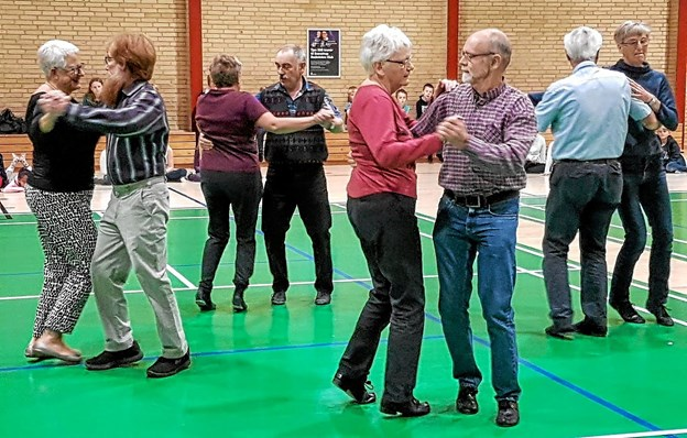 Sådan skal den danses - det var nemmere sagt end gjort. Foto: Karl Erik Hansen