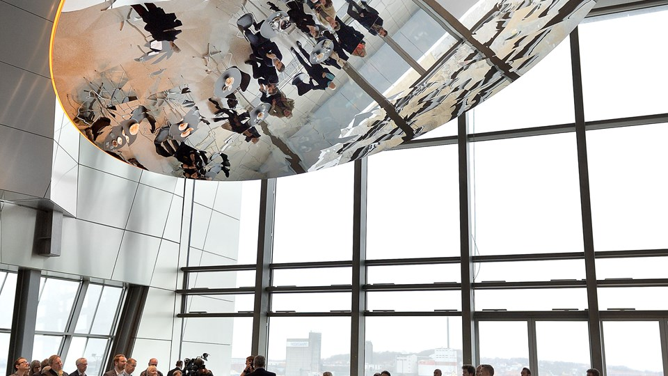 """Udsmykningen af Musikkens Hus, blandt andet med Jeppe Heins spejlinstallation """"Reflecting Frequencies"""", er støttet af Aalborg Kommunes Kunstfond. Nu har du chancen for at pege på områder i det nærområde, som kunne have glæde af kunst. Ansøgningsfristen udløber i morgen"""