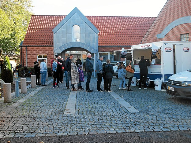 Nogle fik diplomer og præmier, men alle fik pølser med brød og sodavand. Foto: Viggo Jørgensen