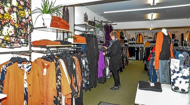 En af butikkens ansatte, Lone Drejer, sætter varer på plads. Foto: Mogens Lynge