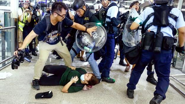 Politi forsøgte at stoppe aktion i Hongkongs lufthavn med tåregas