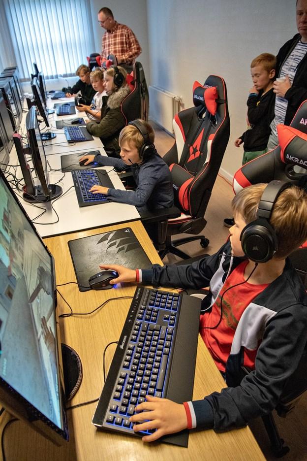 Der var rift om pladserne ved computerne, da Brondur East holdte åbent hus i træningslokalerne.Foto: Kurt Bering