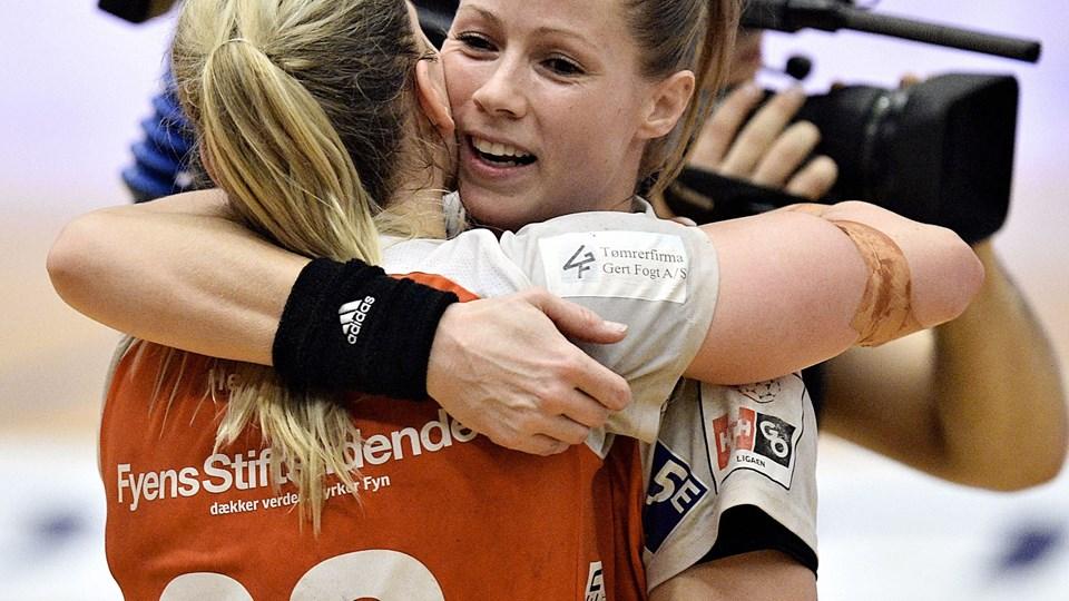 Odense Håndbolds Camilla Kristensen og Kathrine Heindahl kan juble over pladsen i DM-semifinalen efter sejren over Viborg. Foto: Scanpix/Norde Ernst Van/arkiv