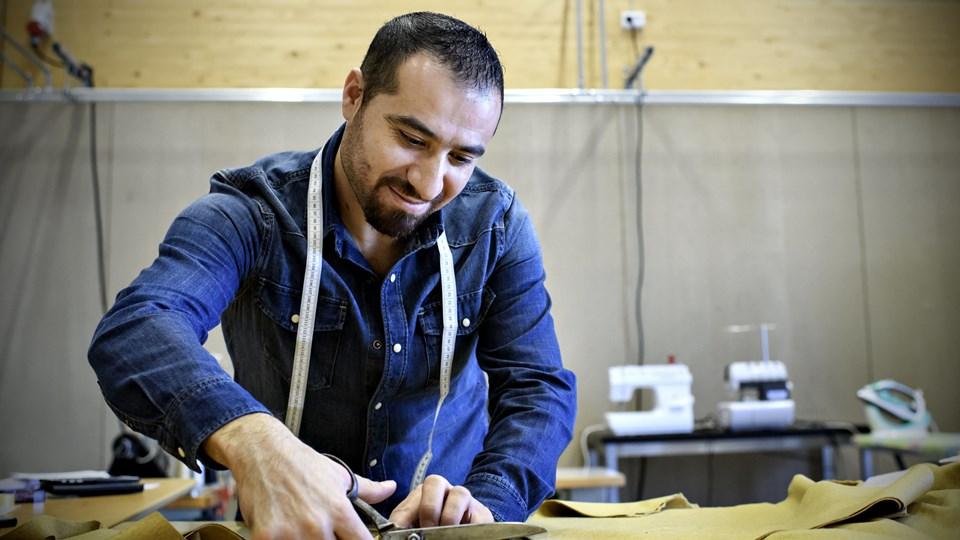 Mohamad Safar Eissa åbnede 30. november 2017 sin forretning, Den Syriske Skrædder, i Iværksætterhuset i Gellerupparken ved Aarhus. Han har fået sine første kunder. I ghettoer som Gellerup vil Dansk Folkeparti forbyde nye moskéer og unge under 18 år at gå udenfor efter klokken 20. Foto: /ritzau/Graversen Anita/ritzau/
