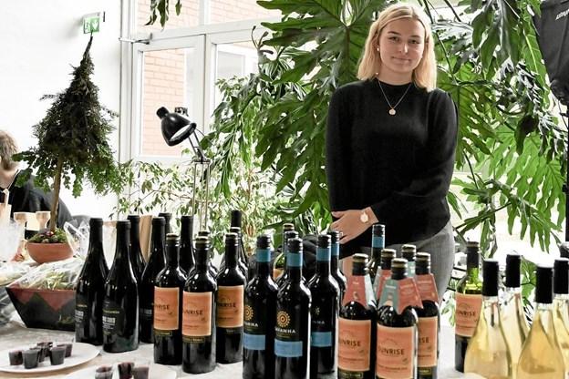 Camilla fra Dagli´Brugsen i Mosbjerg delte smagsprøver ud. Foto: Peter Jørgensen Peter Jørgensen