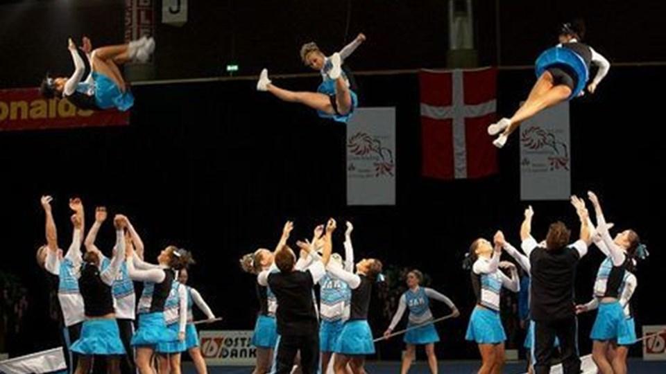 Stunt og kast er vigtige elementer i cheerleading. Her er det Team Jam fra Frederikshavn, som 17.-18. november repræsenterer Danmark ved VM i Finland. Foto:www.danskcheer.dk