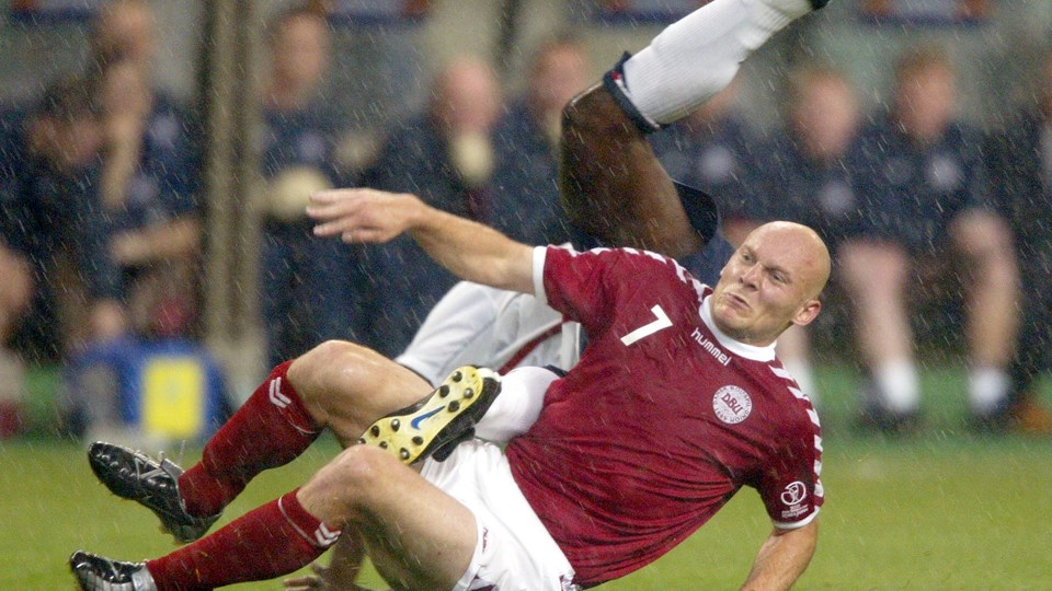 Thomas Gravesen, som her ses høvle englænderen Sol Campbell ned ved VM i 2002, kræver mere af samme skuffe fra det nuværende landshold. Foto: Lars Møller/arkiv/Ritzau Scanpix