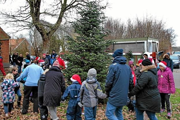 Så var tiden kommet da der skulle danses om juletræet. Foto: Hans B. Henriksen Hans B. Henriksen
