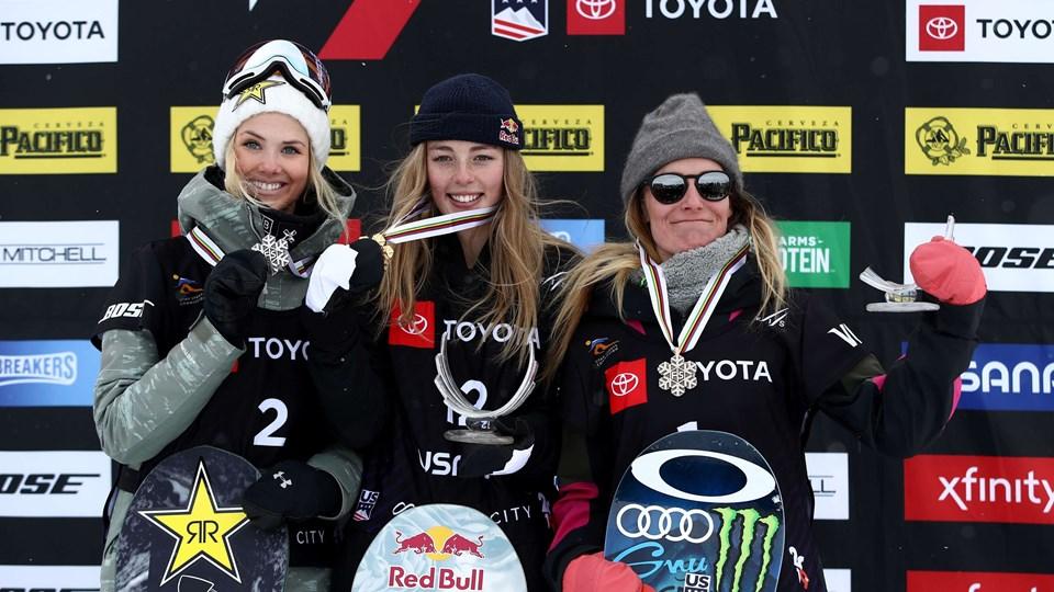 17-årige Zoi Sadowski-Synnott (i midten) fik VM-guld, selv om hun var for skadet til at deltage i finalen.