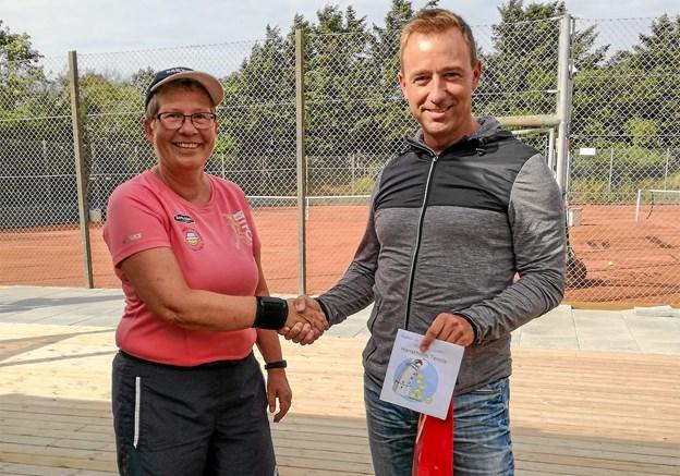 Medlemmerne strømmer til Hanstholm Tennisklub. Kenneth Correll er netop blevet meldt ind som medlem nr. 100 og det udløste en flaske vin fra sekretær Kirsten Ravn.Foto: Ole Iversen