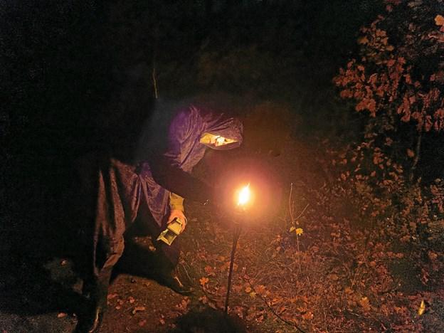 Mørkets mænd var overalt i plantagen. De tændte lys, som gik ud og måtte tændes igen. Foto: Niels Helver Niels Helver