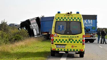 Lastbil og personbil i alvorlig ulykke: Vej spærret i timevis