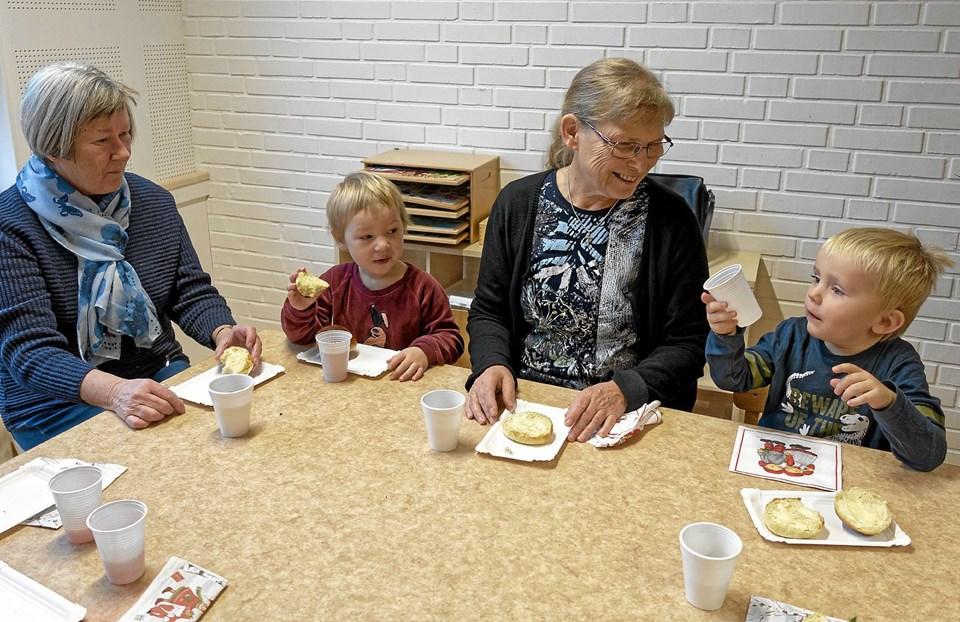 Eva Holt og barnebarnet Lea hygger sig sammen med Tove Østergård og Tobias til 3-års gruppens bedsteforældredag. Foto: Niels Helver