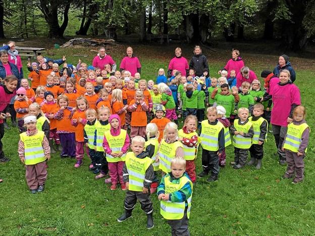 Glade børn fra Dagtilbud Rold Skov - børnehusene Hesselholt, Himmelblå og Skelhus. Foto: Privat