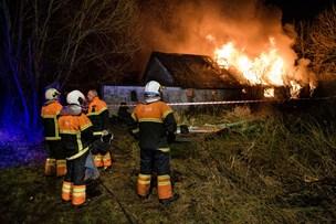 Voldsom brand midt om natten lagde hus i ruiner
