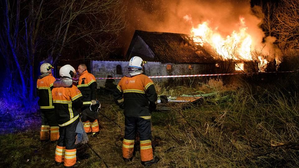 Brandfolkene havde ikke en chance for at redde det ældre stuehus fra flammerne. Foto: Bo Lehm