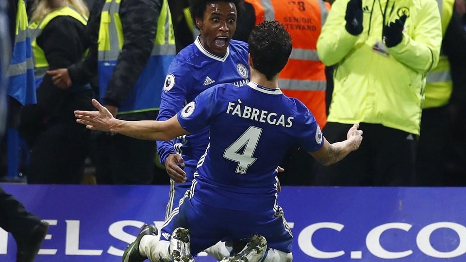 Chelsea's Willian celebrates scoring their third goal with Cesc Fabregas Foto: Reuters/Eddie Keogh