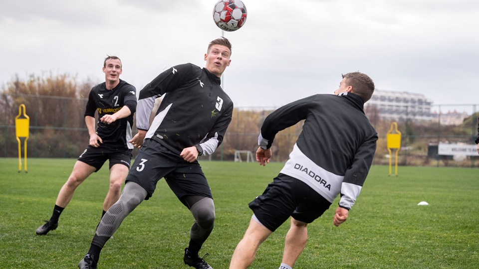 Til træning header Jakob Hjorth nu igen til en bold, men der er nervøsitet for, om han kan holde til det i kampsituationer. Foto: Torben Hansen