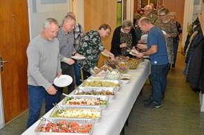 Fælles spisning og hygge i Moseby
