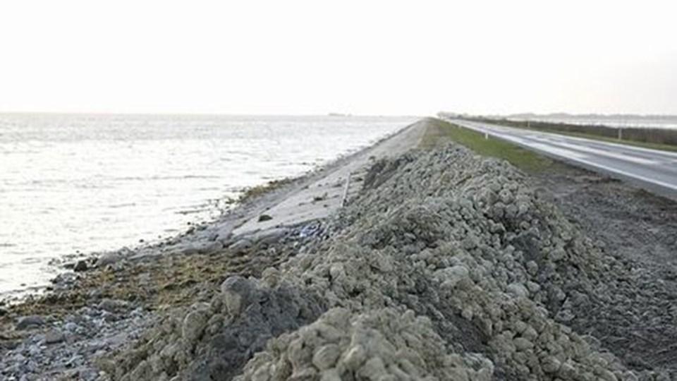 Store stendynger blev i al hast lagt ud langs kanten af dæmningen over Vejlerne, da bølgerne for alvor tog fat natten til lørdag. Nu vil Vejdirektoratet jævne stenene ud og derefter vurdere, om der skal ske yderligere forstærkning. foto: erik sahl