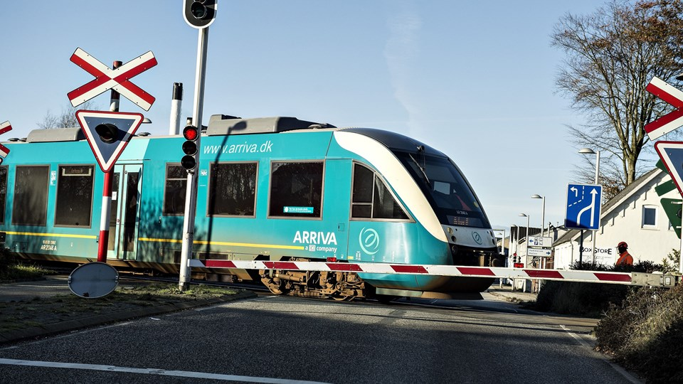 Banedanmark regner med, at der atter kan køre tog på strækningen mellem Laven og Silkeborg fra tirsdag klokken 15. (Arkivfoto)