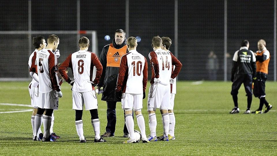 Kent Nielsen sammen med spillerne i pausen af testkampen md Hobro. Foto: Claus Søndberg