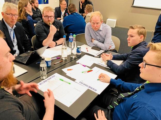 Mikkel (i midten i sort skjorte) til workshoppen sammen med andre nordisk udvalgte - undervejs fik deltagerne feedback fra Elgigantens nordiske topchef, Jaan Ivar Semlitsch, der har et dagligt ansvar for over 10.000 medarbejdere og en omsætning på over 25 mia. kroner.