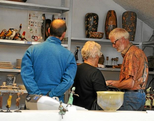 Blandt de mange besøgende hos Galleri Glocal Art var der flere, som købte afrikanske produkter, som i anledning af den snarlige sæsonlukning var nedsat med 20 %. Foto: Ole Torp
