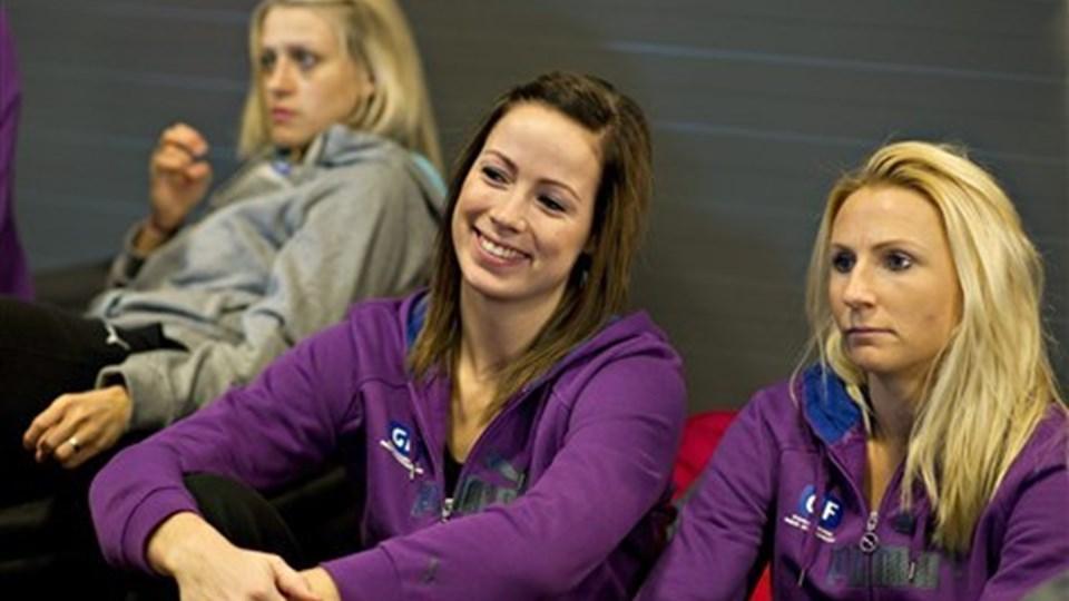 Store smil på det danske pressemøde. I semifinalen venter den ultimative udfordring på den danske darlings. Nemlig Norge. Foto: Scanpix