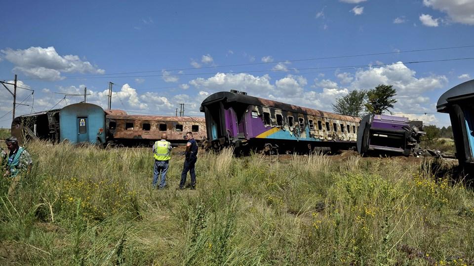 Mindst 18 blev dræbt og over 260 blev kvæstet, da et passagertog torsdag brød i brand i Sydafrika efter en kollision med en lastbil. Foto: /ritzau/AP/Foto