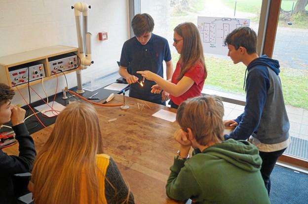 En gruppe er i gang med et forsøg hjemme på skolen. ?Foto: Line Vetter