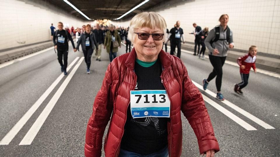 Elly Andersen er 82 år og gik turen i frisk trav - som hun også gjorde det for 50 år siden. Foto: Henrik Bo