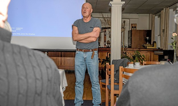 Klaus Nielsen foran forsamlingen i Christiansminde Pavillon i Løgstør. Foto: Mogens Lynge