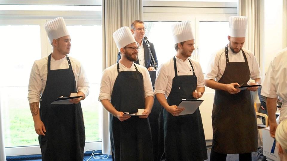 Thomas Skov Mortensen fra Frk. Madsens Spisehus fik sølvmedalje for en forrygende indsats gennem hele sin uddannelse. Han fik også et 12-tal i den endelige svendeprøve. Thomas er nr. to fra venstre. Privatfoto.