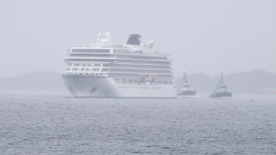 """Krydstogtskibet """"Viking Sky"""" er på vej ind mod havn med de resterende 849 personer om bord."""