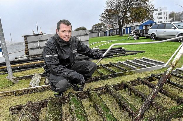 Anders Mikkelsen, medindehaver af Bridgesystem, fortæller at broen trænger til rengøring og eftersyn efter en lang sæson med mange mennesker, stormen Knud og aktive alger. Foto: Ole Iversen