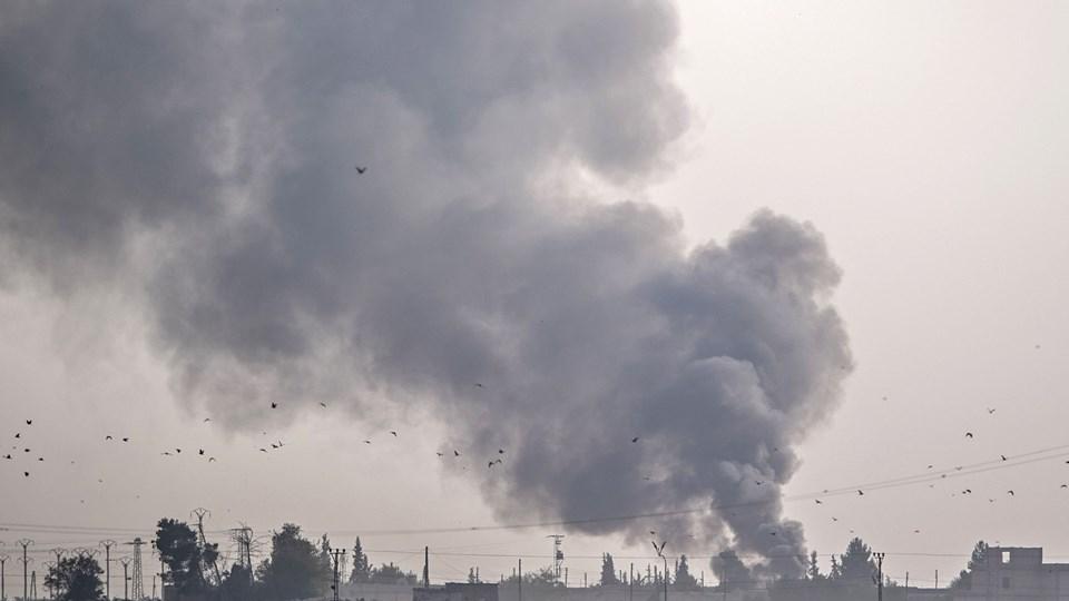 Røgskyer rejser sig over byen Tell Abyad i det nordlige Syrien, efter tyrkiske kampfly har bombet.