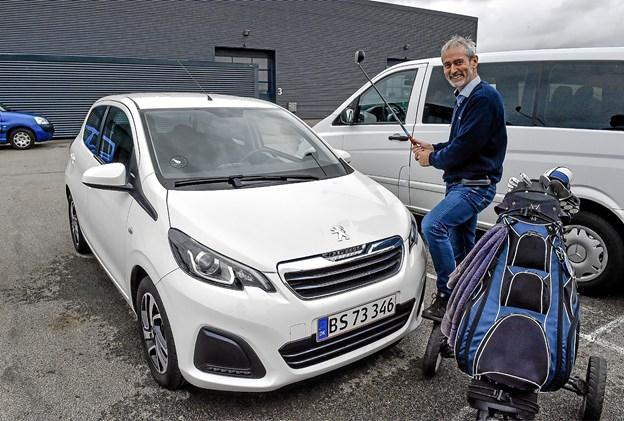 For første gang i Thy er der en bil på højkant til den der kan lave en hole-in-one på par tre hullet N6. Præmien er sponseret af Kaj Højland, Højland Biler.Foto: Ole Iversen