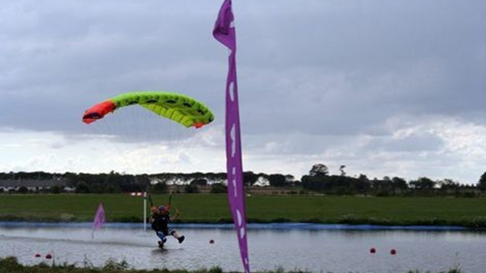 af sikkerhedsmæssige grunde foregår landingerne hen over et vandbassin.