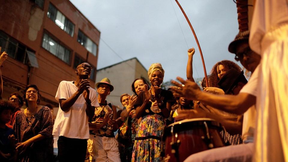 Demonstranter synger og danser under en protest fredag mod politivold og mod drabet på lokalpolitikeren Marielle Franco. Foto: Reuters/Ricardo Moraes