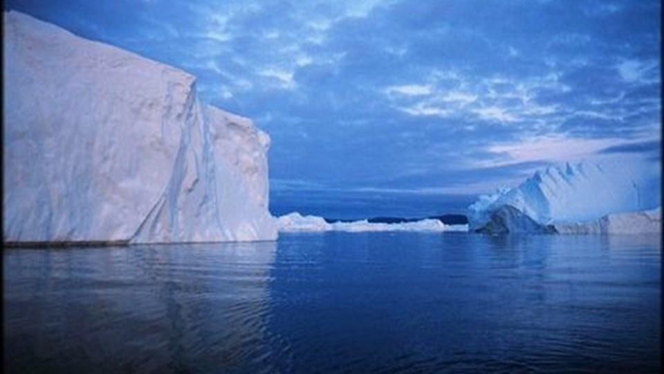 én af Grønlands mange gletsjere får til sommer et tæppe på for at hindre, at den smelter eller nedslides af uvejr. Arkivfoto: Ulrik Bang